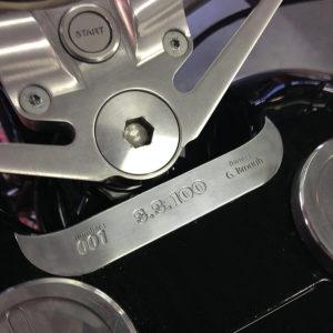 Gravure sur tôle aluminium. Application sur moto Brough SS100 - Serilec